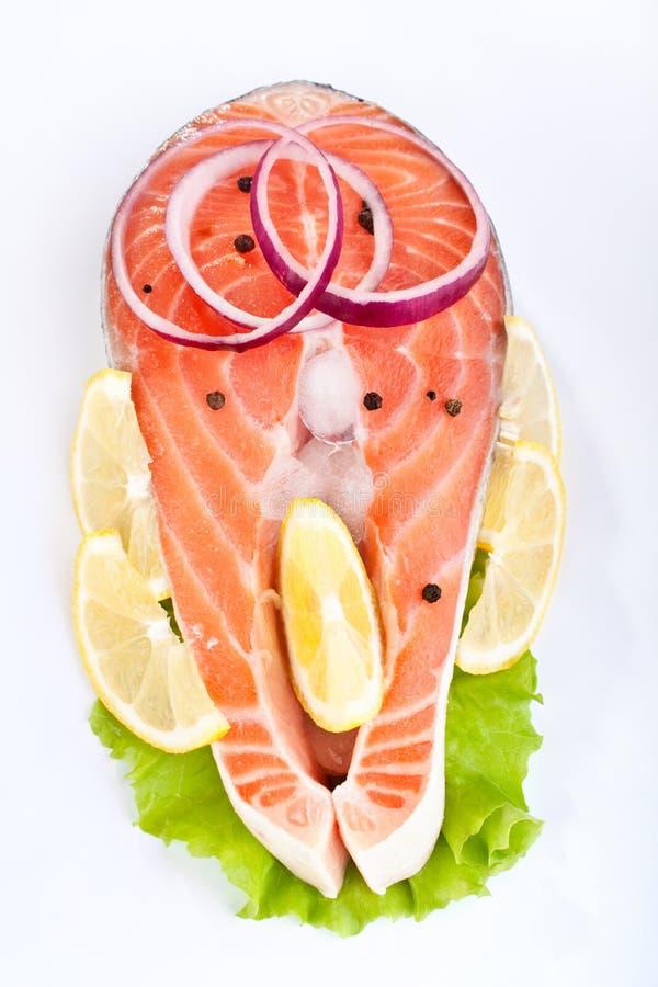 Download Het Lapje Vlees Van De Zalm Met Citroen En Ui Stock Afbeelding - Afbeelding bestaande uit groen, cutting: 10778585