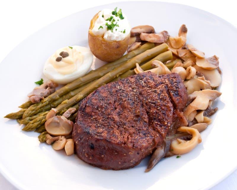 Het lapje vlees van het haasbiefstuk dat met groenten wordt mignon-geroosterd royalty-vrije stock afbeeldingen