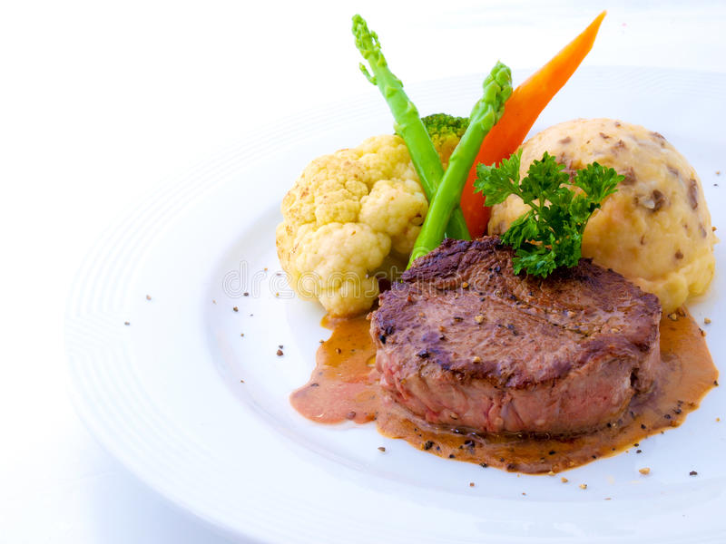 Het Lapje vlees van het haasbiefstuk op Witte Plaat stock foto's