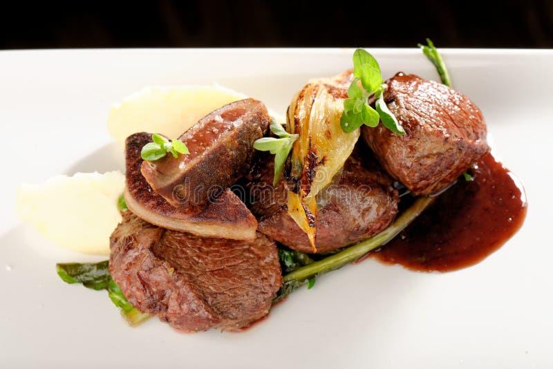 Het lapje vlees van het hertevleesvlees met groente stock foto