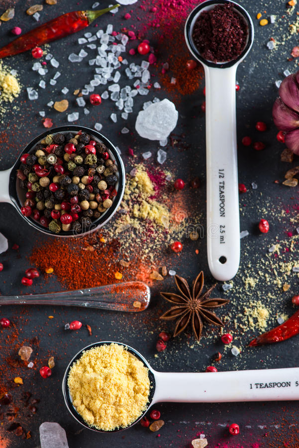 Het lapje vlees van het Pepperedrundvlees met kruiden in uitstekende keuken royalty-vrije stock afbeeldingen