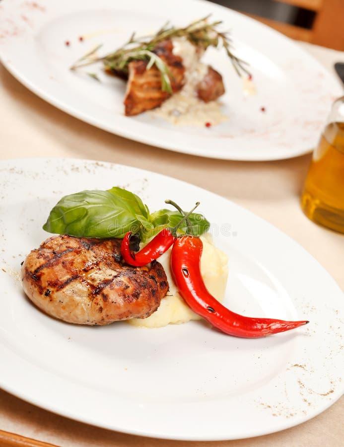 Het lapje vlees van het rundvlees met aardappels stock foto