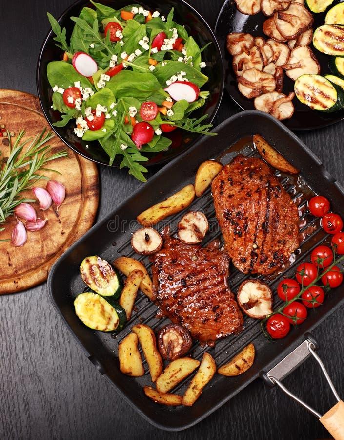 Het lapje vlees van het rundvlees met geroosterde groente royalty-vrije stock afbeelding