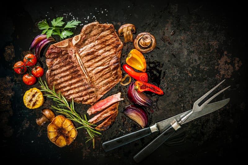 Het lapje vlees van het rundvlees met geroosterde groenten stock afbeelding