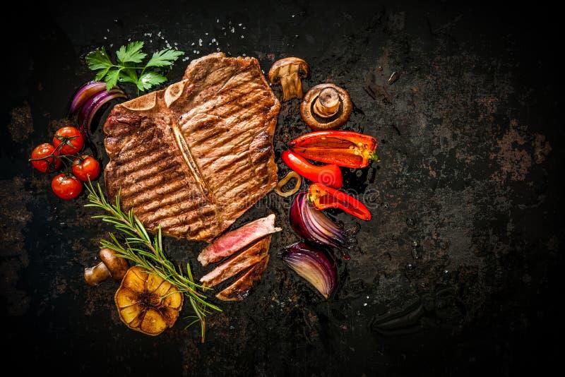 Het lapje vlees van het rundvlees met geroosterde groenten royalty-vrije stock foto