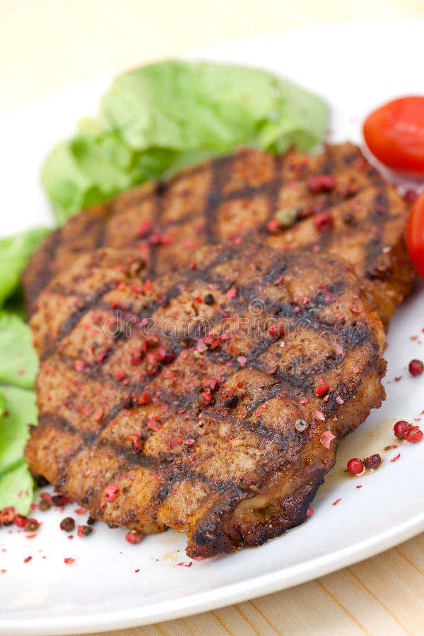 Het lapje vlees van het varkensvlees, dat met salade wordt geroosterd royalty-vrije stock foto