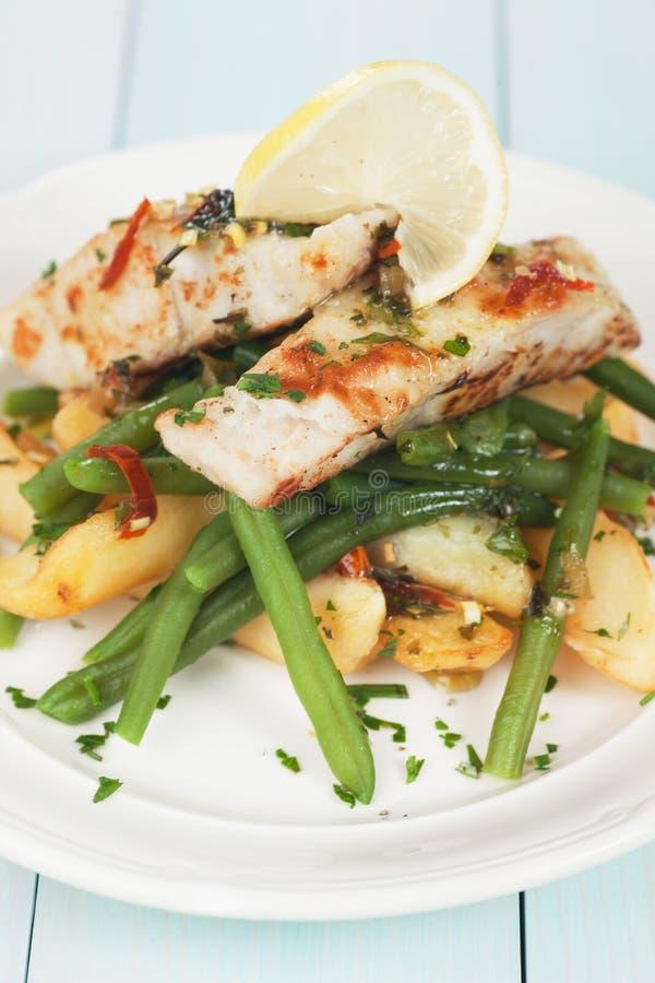 Het lapje vlees van kabeljauwvissen met aardappel en slabonen royalty-vrije stock afbeeldingen