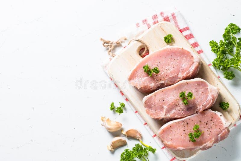 Het lapje vlees van het varkensvleesvlees, het lendestuk van het plakkenvarkensvlees op wit stock afbeelding