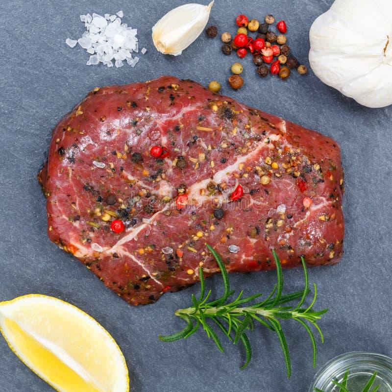 Het lapje vleesvierkant van het vlees ruw rundvlees van bovengenoemde lei stock afbeelding