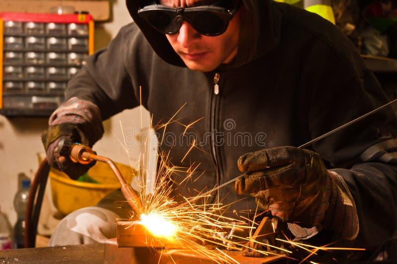 Het lassen van de arbeider stock afbeelding