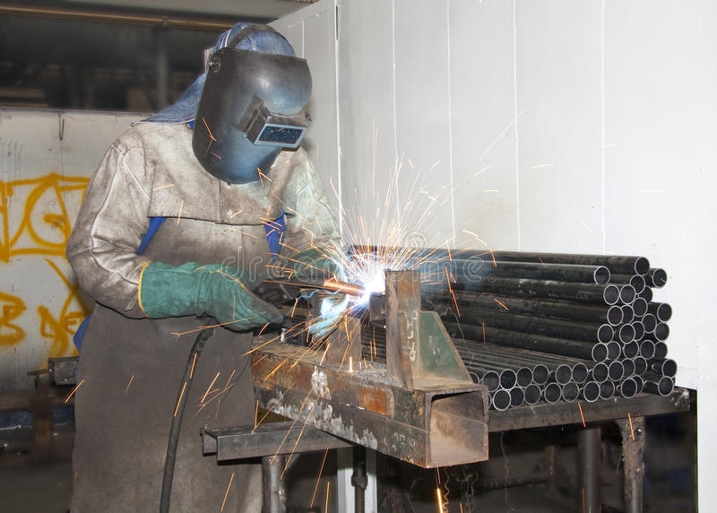 Het Lassen van de Arbeider van de fabriek stock foto's