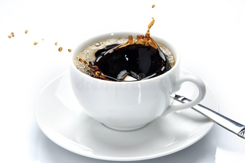 Het laten vallen van een suikerkubus in koffie royalty-vrije stock foto