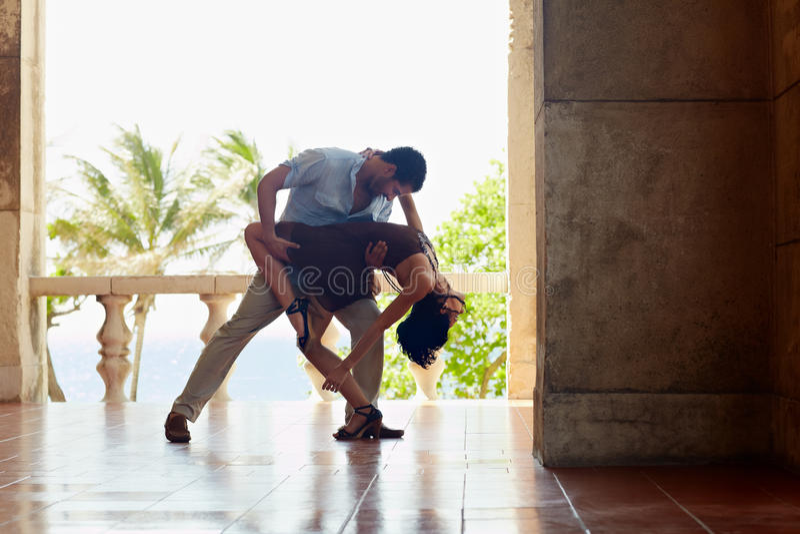 Het Latijns-Amerikaanse man en vrouwen dansen stock foto