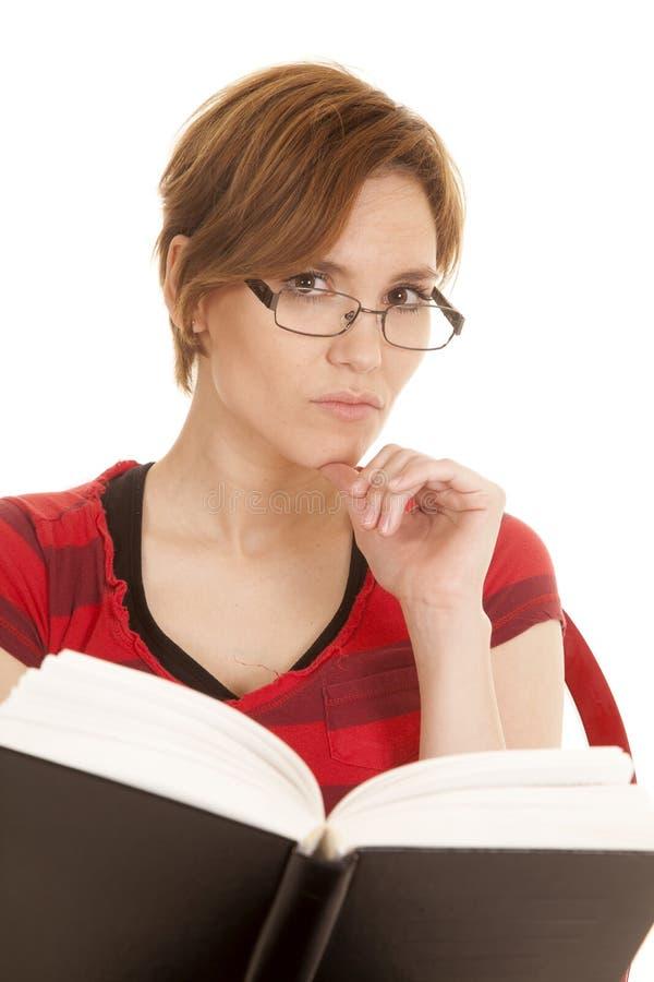 Het Latijnse het boek van het vrouwen rode overhemd kijken stock foto