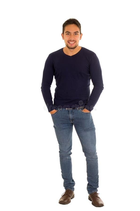 Het Latijnse knappe kerel stellen met hand op zakken stock foto's