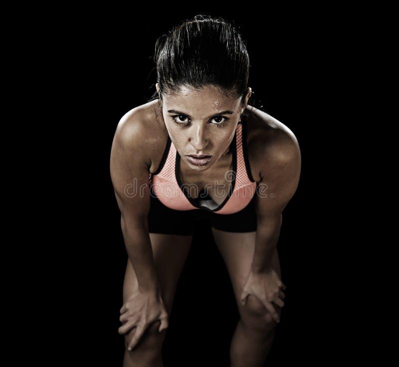 Het Latijnse sportvrouw stellen in woeste en badass gezichtsuitdrukking w stock fotografie