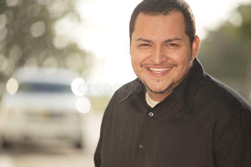 Het Latino mens glimlachen stock afbeelding
