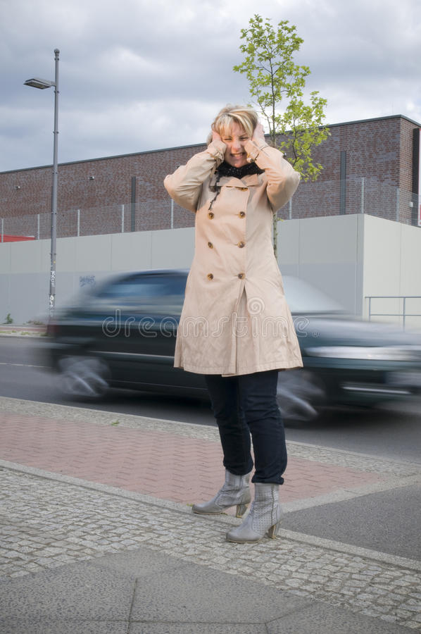 Het lawaai en de vrouw van het verkeer royalty-vrije stock afbeeldingen