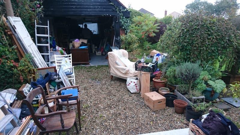 Het leegmaken van goederen van een garage stock foto