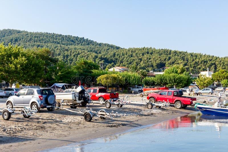 Het leegmaken van kleine motorboten in zeewater stock afbeeldingen