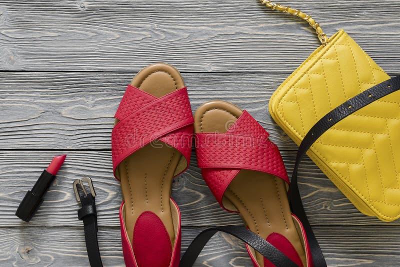 Het leerschoenen van vrouwen en toebehoren rode vlakke sandals, geel h stock foto