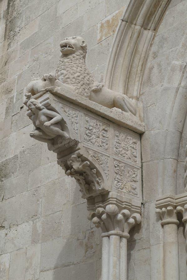 Het leeuwenstandbeeld over het portaal van de kathedraal royalty-vrije stock afbeelding
