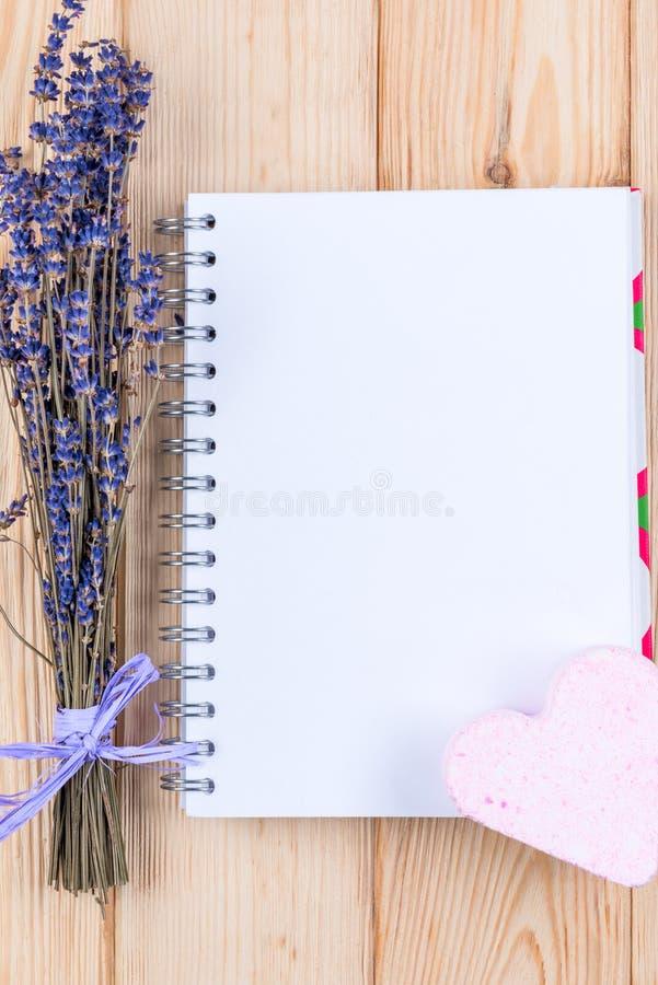 het lege blad van notitieboekje voor de inschrijving en een bos van lavendel bloeit royalty-vrije stock afbeelding
