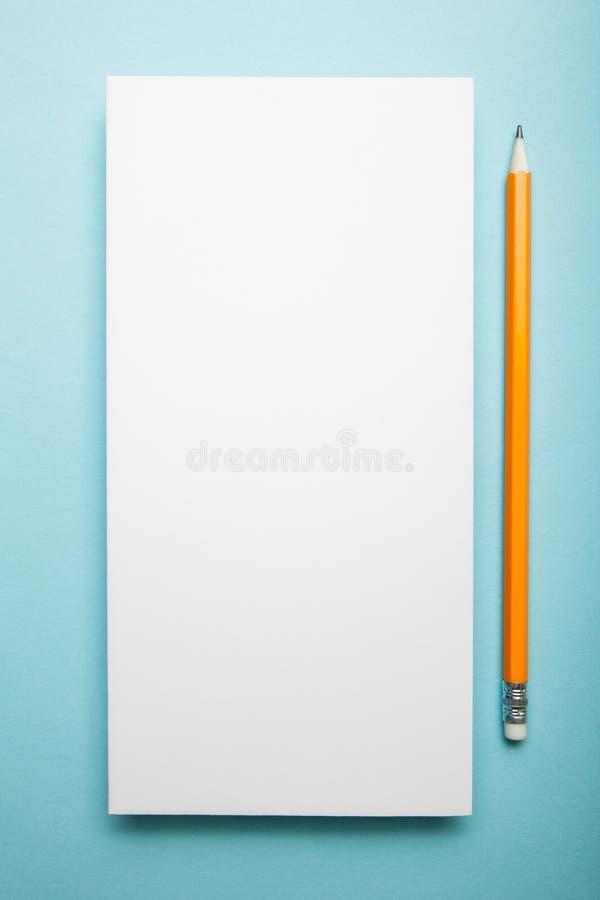 Het lege boekje van de vliegerbrochure met potlood stock foto