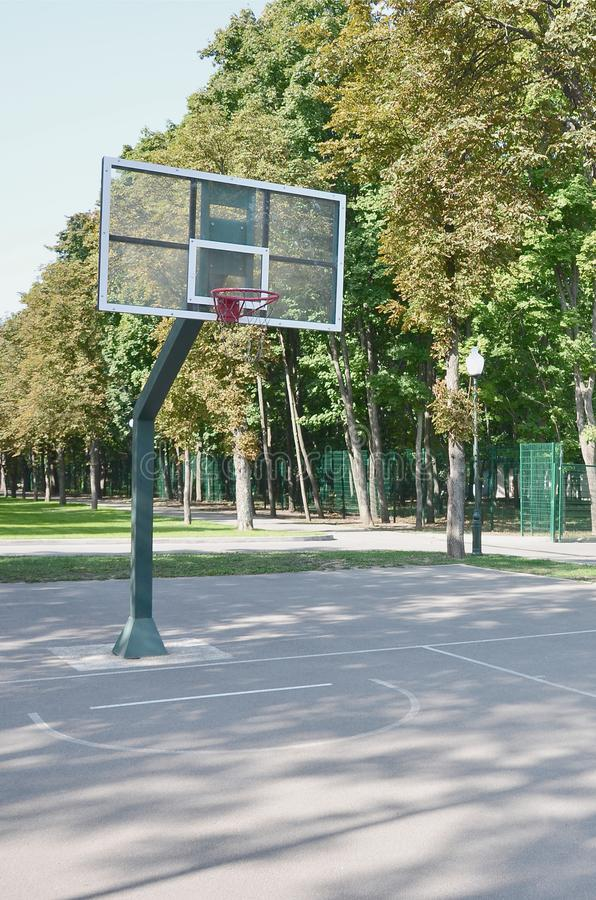 Het lege hof van het straatbasketbal Voor concepten zoals sporten en oefening, en gezonde levensstijl stock afbeelding