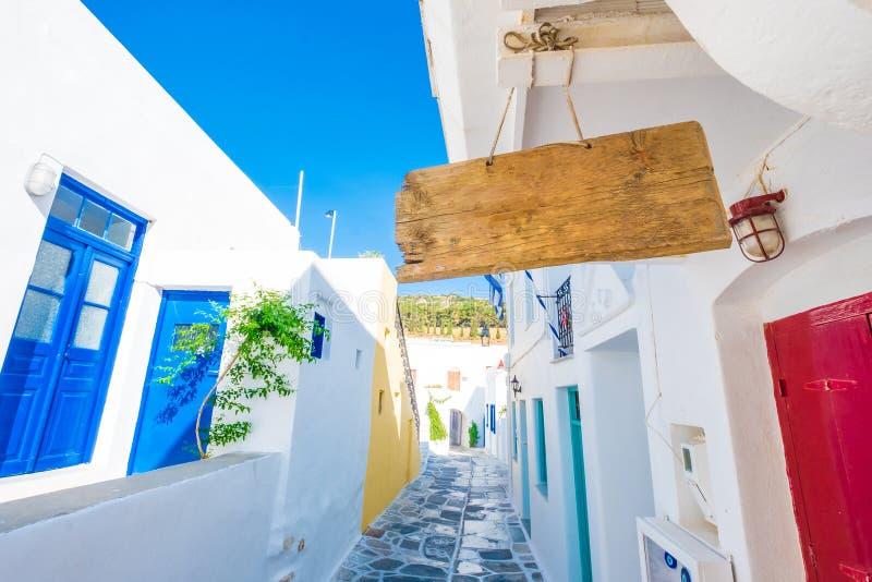 Het lege houten uithangbord hangen op de kabel, Griekenland royalty-vrije stock afbeeldingen