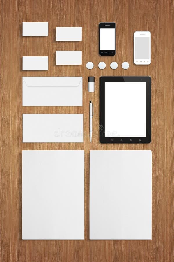 Het lege Malplaatje van Kantoorbehoeften Collectieve identiteitskaart op houten achtergrond stock foto's