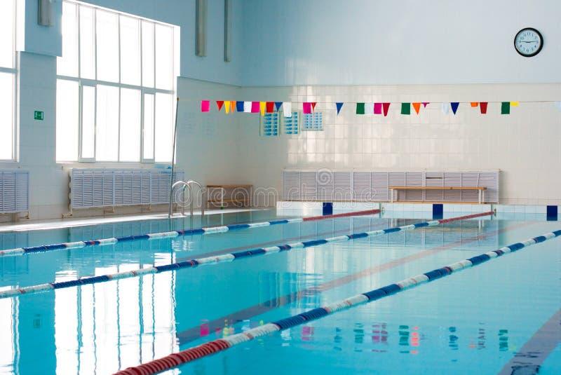 Het lege nieuwe binnenland van het school zwembad stock afbeelding