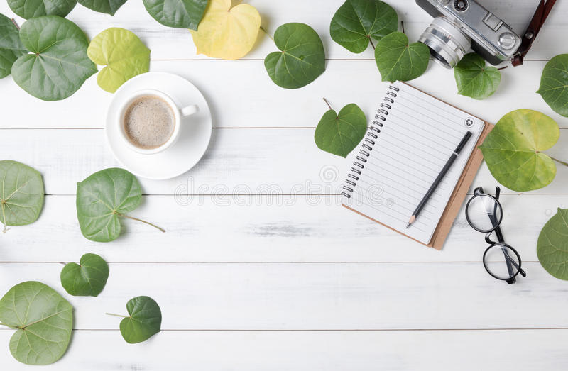 Het lege notitieboekje met hart vormde groen blad en hete koffie royalty-vrije stock afbeelding