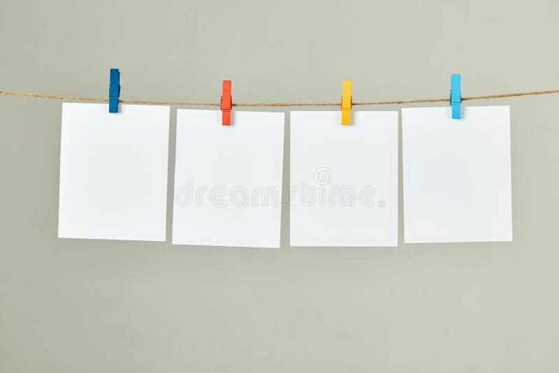 Het lege polariodkader hangen met staaf stock fotografie