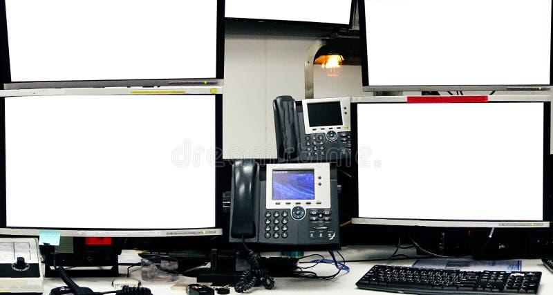 Het lege scherm van de servercomputer in modern binnenlands gegevenscentrum, ser royalty-vrije stock afbeelding