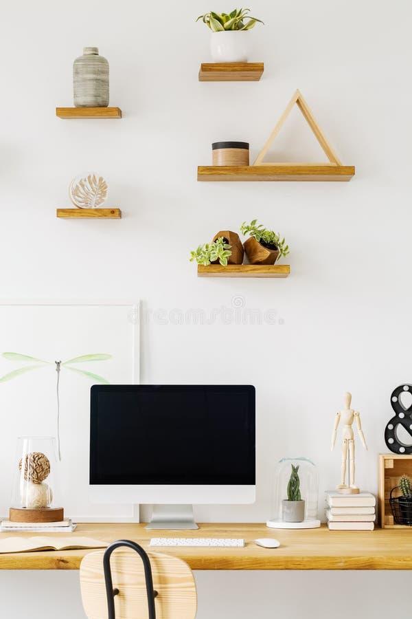 Het lege scherm van een computer op een houten bureau en planken met Dec stock afbeelding