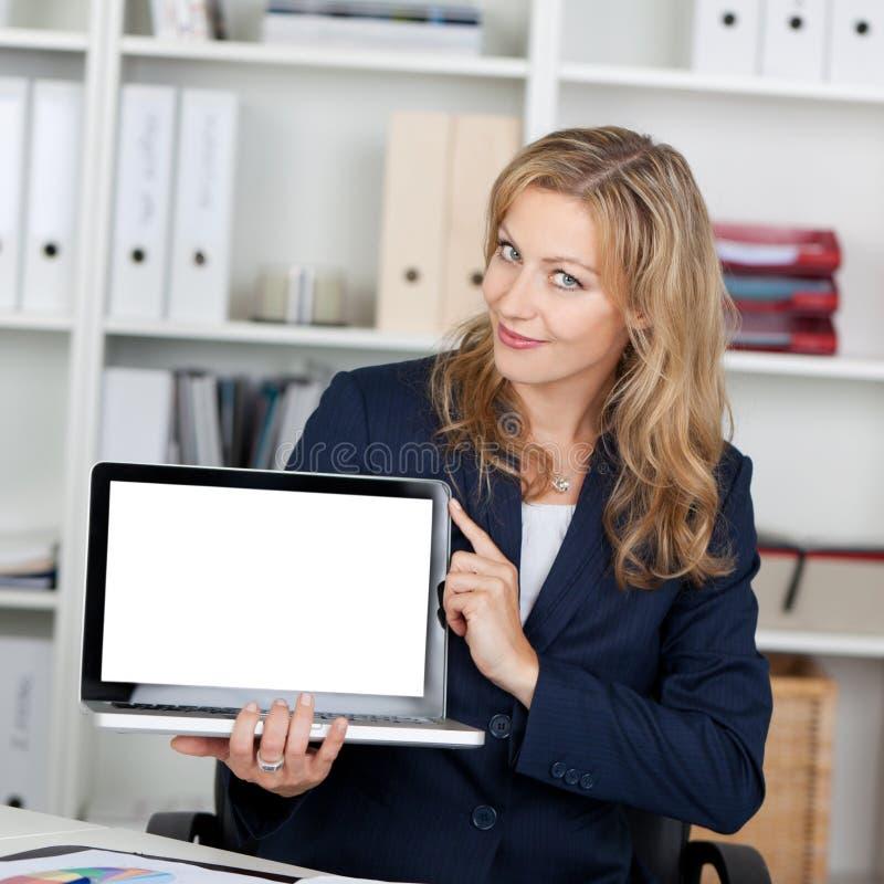 Het Lege Scherm van onderneemsterdisplaying laptop with royalty-vrije stock afbeeldingen