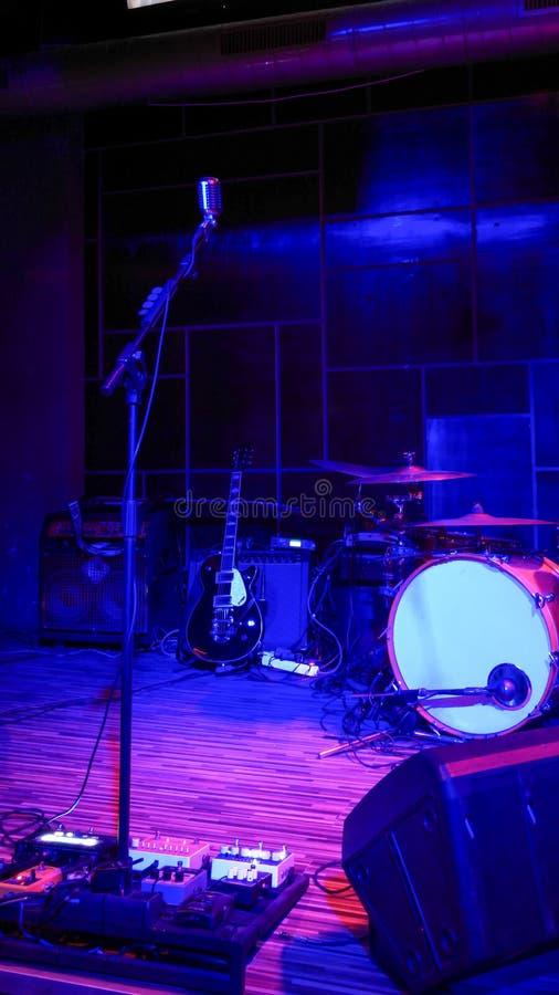 Het lege stadium van het rotsoverleg met muzikale instrumenten royalty-vrije stock foto