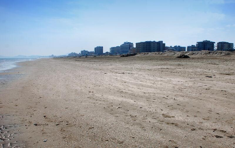 Het lege strand van Riccione, Rimini, Italië stock foto