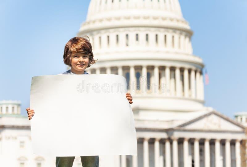 Het lege teken van de protesteerderholding met exemplaar-ruimte in handen stock foto