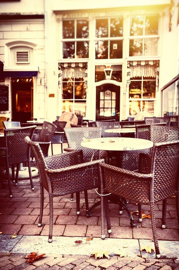 Het lege terras van de straatkoffie in de herfststad stock foto's