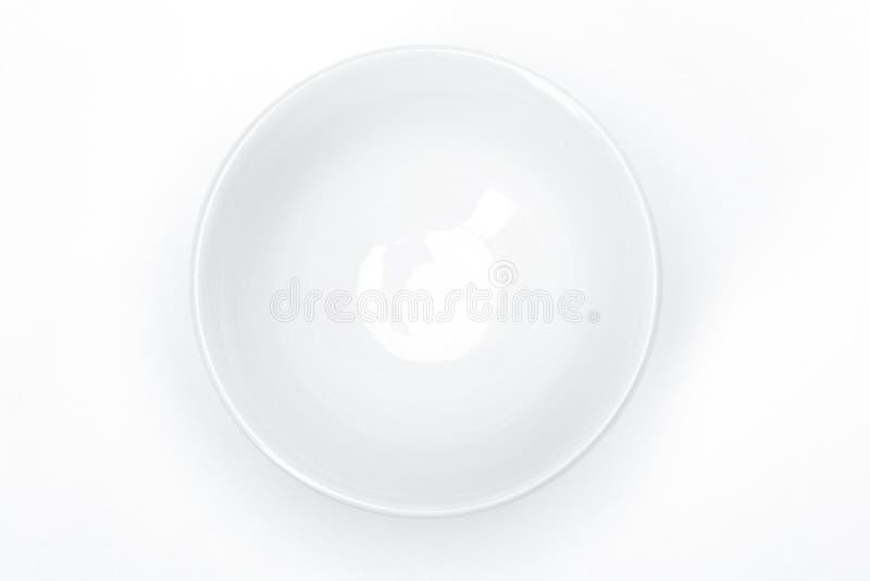 Het lege vaatwerk van het malplaatjeporselein voor uw ontwerp, witte ceramische kom voor soep witte achtergrond stock foto