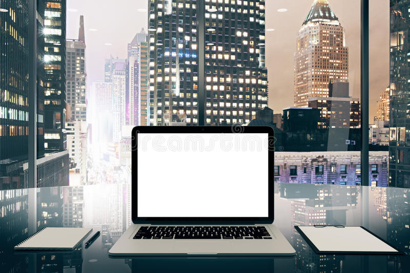 Het lege witte laptop scherm op glazige lijst in modern bureau met royalty-vrije stock foto