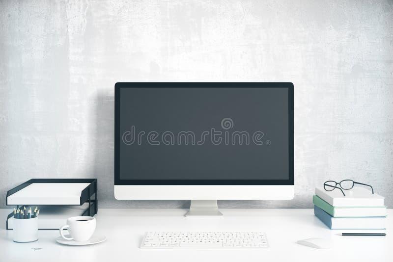 Het lege zwarte computerscherm met bureautoebehoren op wit lusje stock foto