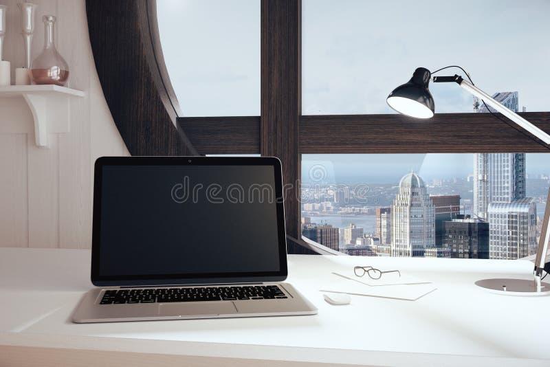 Het lege zwarte laptop scherm in moderne ruimte met ronde vensterwindo royalty-vrije stock foto's