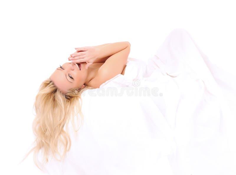 Het leggen in bed mooie vrouw stock afbeeldingen