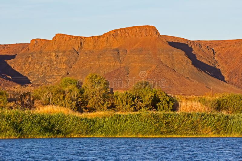 Het leggen van bergen achter de rivier Orange royalty-vrije stock afbeeldingen