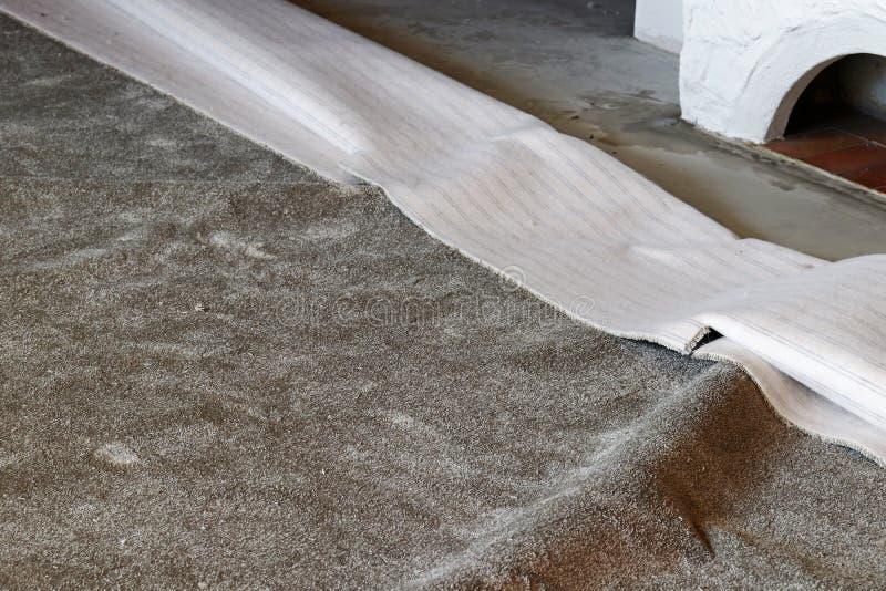 Het leggen van een nieuw tapijt in een ruimte royalty-vrije stock fotografie