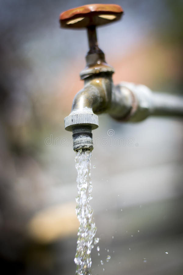Het leidingwater en leidt de waarde van water door buizen stock afbeelding