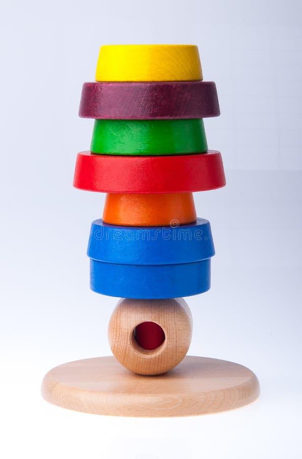 Het leren de piramidestuk speelgoed van de kind houten kleur stock foto
